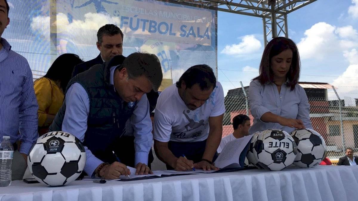 Firma del acuerdo entre Edwin Escobar y Carlos Ruiz