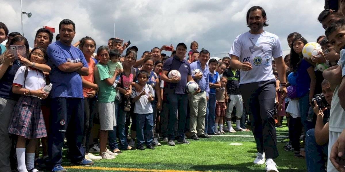 """Carlos """"el Pescado"""" Ruiz inaugura escuela de futbol en Villa Nueva"""