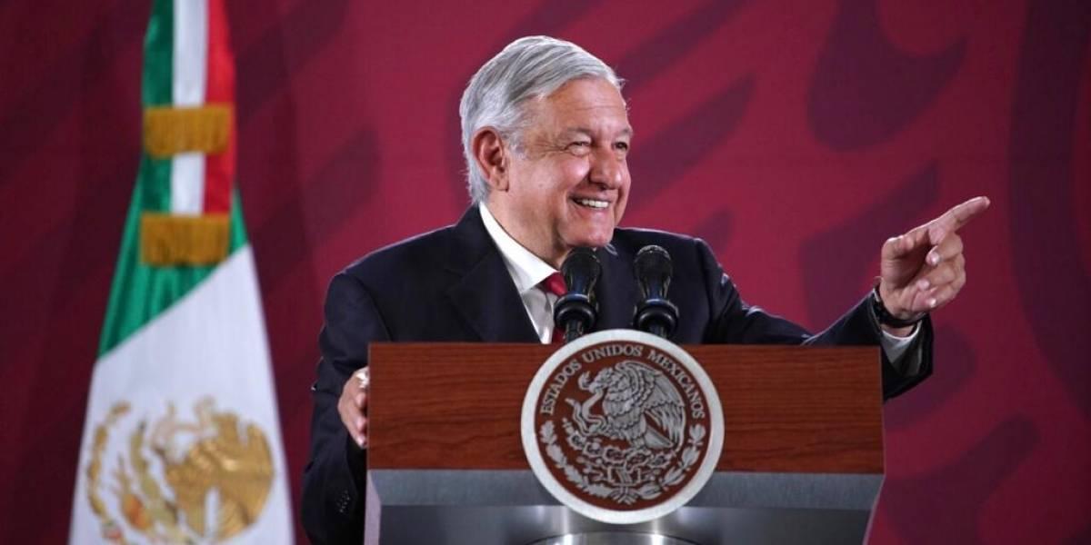 Presume López Obrador 'iPhone 21' y lo pone en tendencia