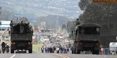 Camiones con militares transitan una calle ocupada por manifestantes este lunes, en Quito (Ecuador).