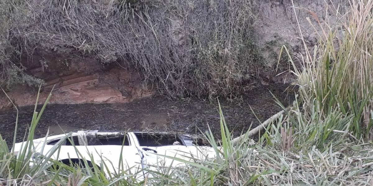 Carro capota em Pindamonhangaba e deixa sete mortos