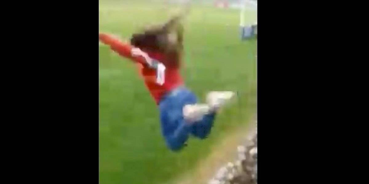Impactante video: hincha se lanza desde la galería a la cancha tras partido de la Roja femenina y resulta con fractura