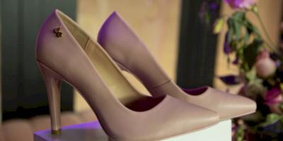 Lanzan colección de bolsos y zapatos para apoyar campaña contra el cáncer de mamá