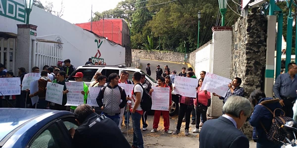 Protestan ante Conade por salarios vencidos