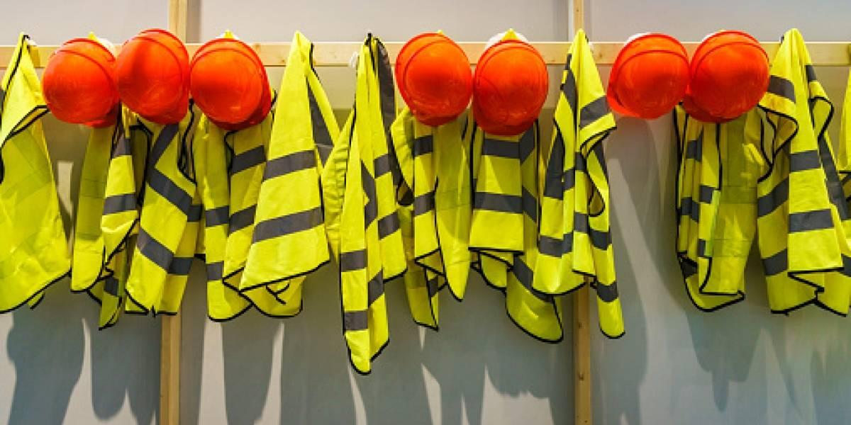 El primer caso en el mundo: trabajador sufre quemaduras de primer grado por un chaleco reflectante