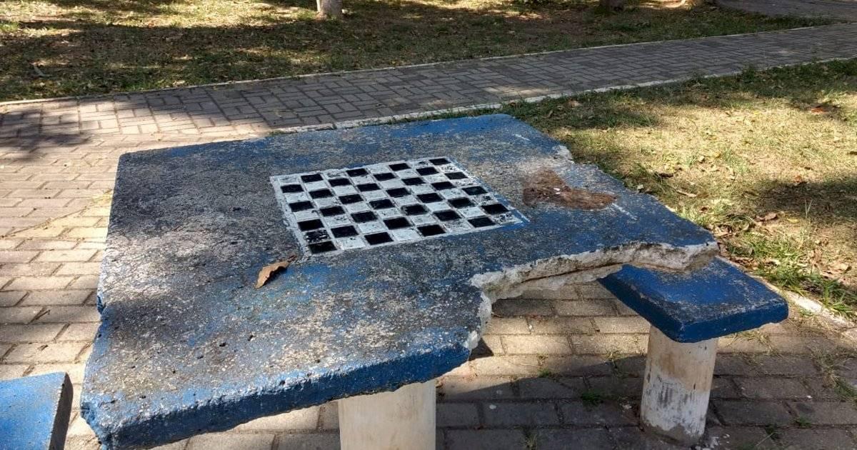 Mesa quebrada na praça da rua Dr. Álvaro Martins Band News FM