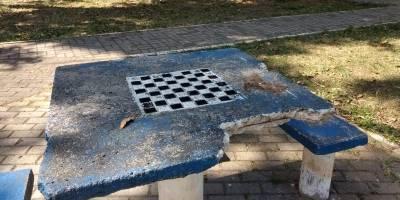 Mesa quebrada na praça da rua Dr. Álvaro Martins