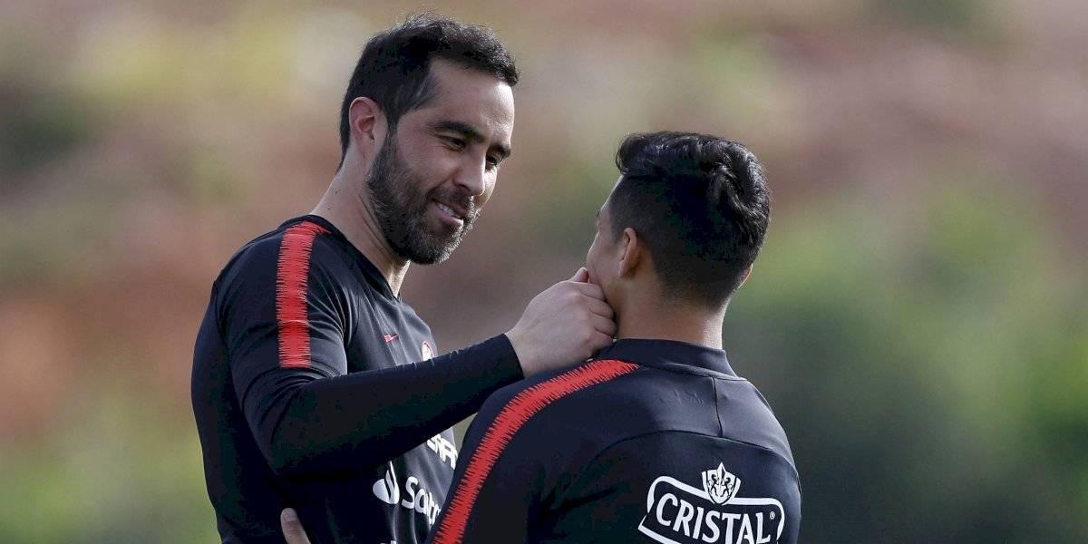 El emotivo y cariñoso encuentro entre Bravo y Alexis marcó el primer día de la Roja en España