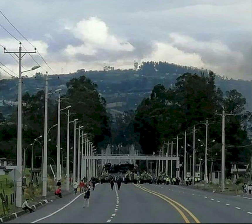 Manifestantes se encontraron con un gran cerco militar y policial en Tambillo Twitter