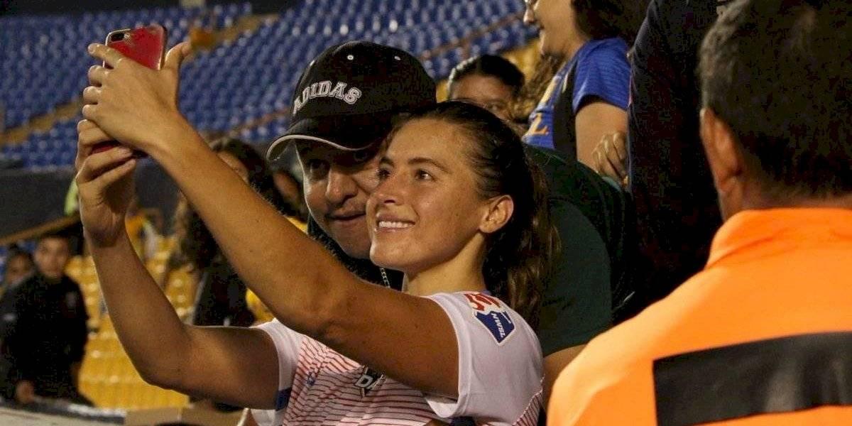 Aficionado toca seno de jugadora mientras se toma 'selfie' con ella