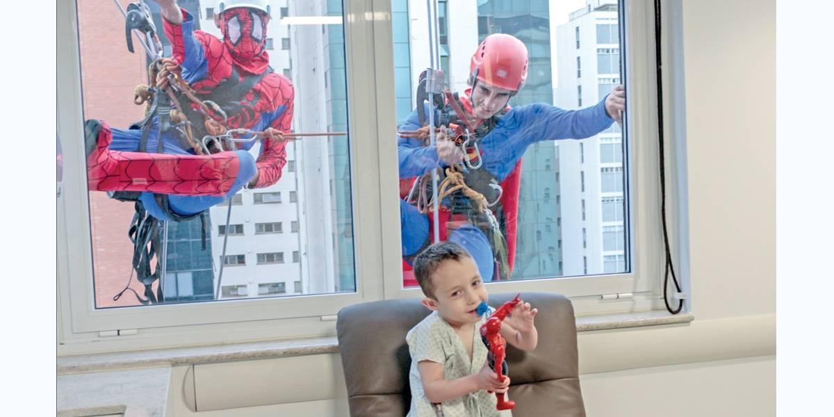Iniciativa leva 'super-heróis' às janelas de hospital infantil em São Paulo e encanta crianças
