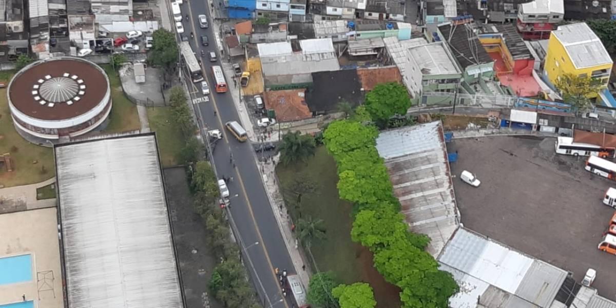 Colisão de carro em poste deixa um morto na avenida Carlos Lacerda