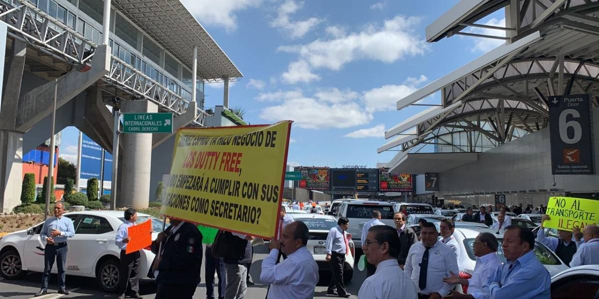 Taxistas cierran accesos a la Terminal 1 del AICM