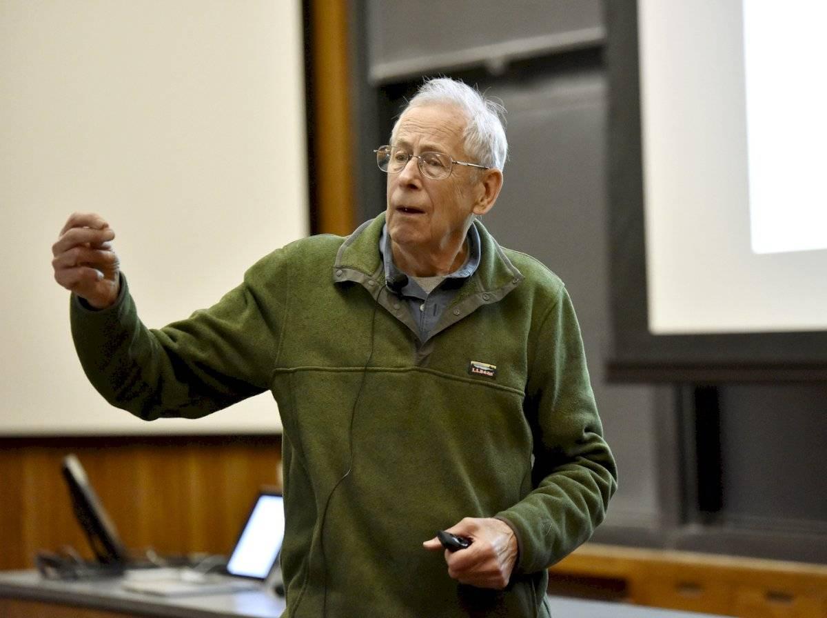 Peebles, nacido en 1935 en Canadá es doctor por la Universidad de Princeton y catedrático Albert Einstein de Ciencias en esta institución.