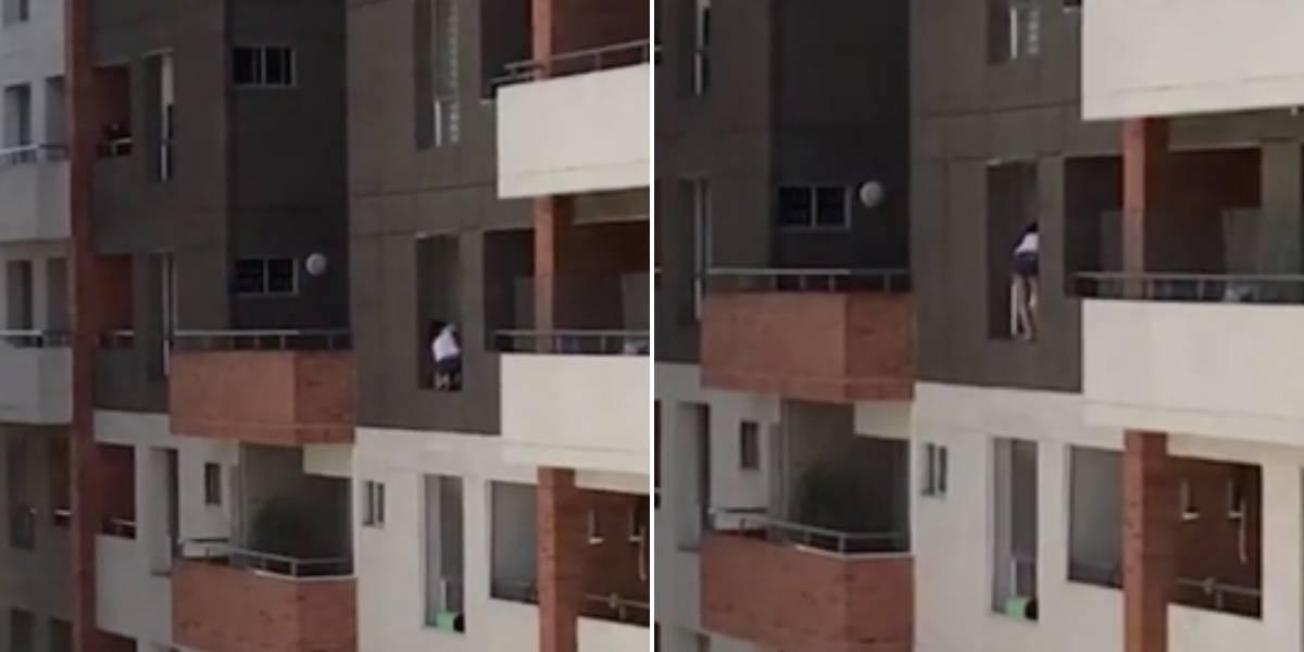 ¡Por poco cae al vacío! La peligrosa maniobra que mujer realiza desde un piso 11 para limpiar su ventana