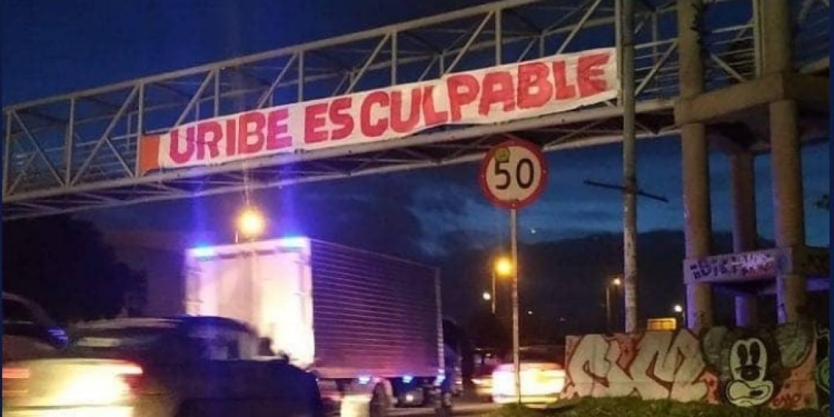 """Banderas de """"Uribe es culpable"""" aparecieron en puentes de Bogotá y Medellín"""