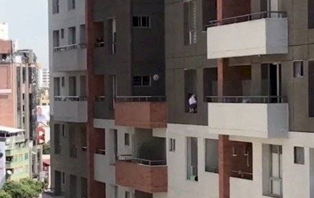 La peligrosa maniobra que mujer realiza desde un piso 11 para limpiar su ventana