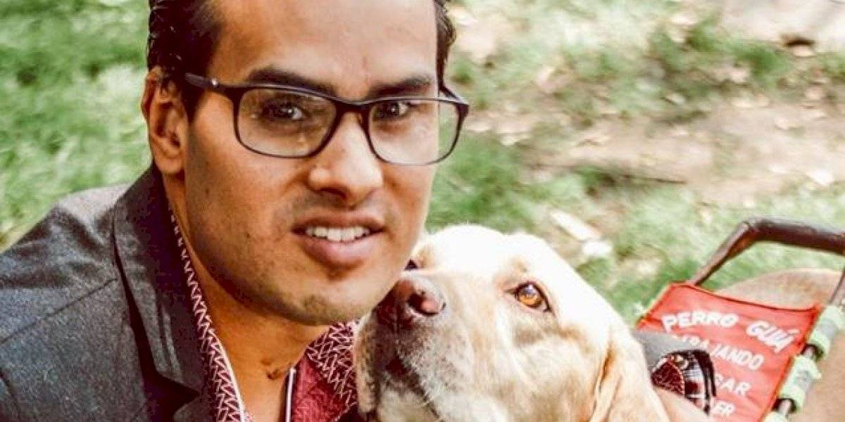 Denuncian a cadena de cines por negar acceso a joven con su perro guía