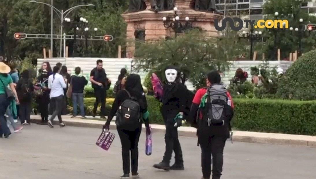 En la marcha del 2 de octubre sus integrantes marcaron sus ropas y botas con el símbolo de la anarquía /Autor:Unotv