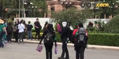 En la marcha del 2 de octubre sus integrantes marcaron sus ropas y botas con el símbolo de la anarquía