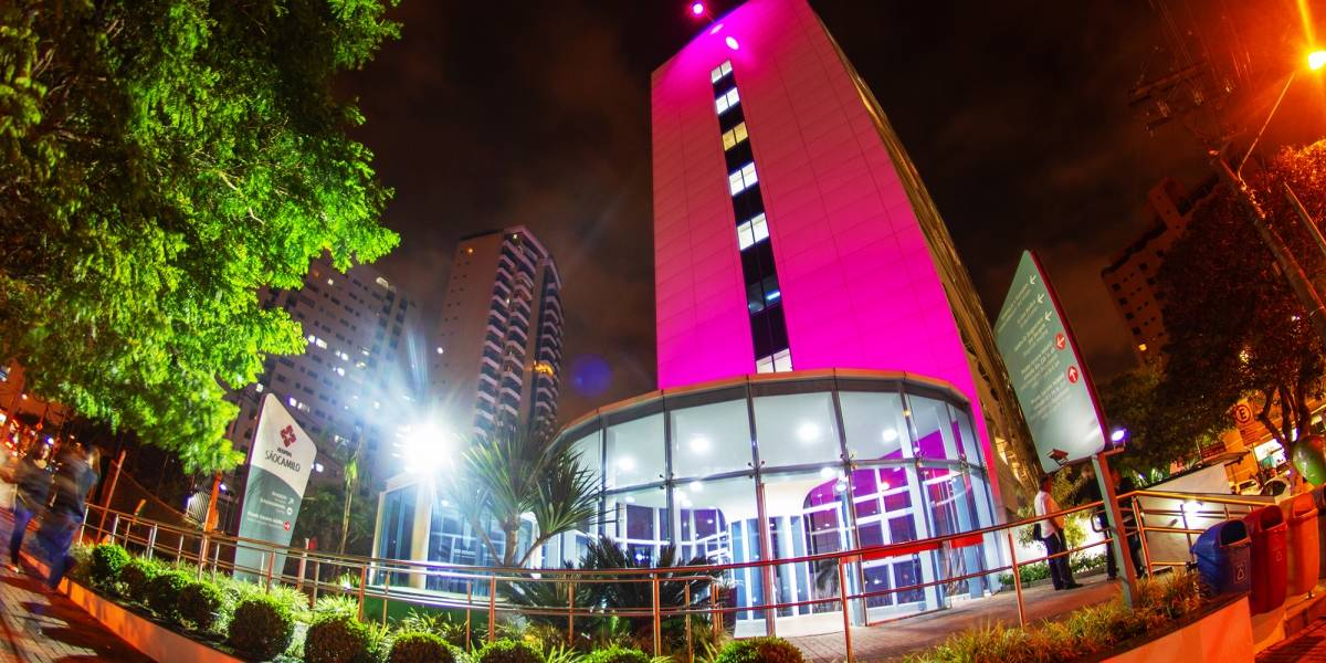 Outubro Rosa: Hospitais iluminam fachadas em campanha contra câncer de mama