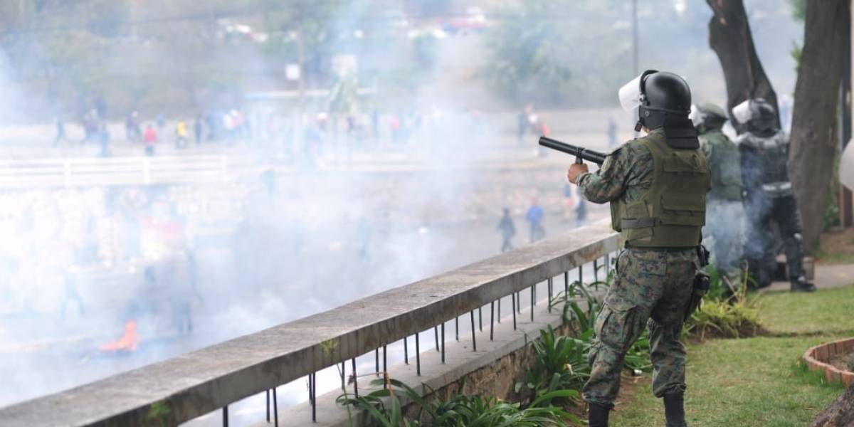 Uniformados desalojan a manifestantes de la Asamblea Nacional