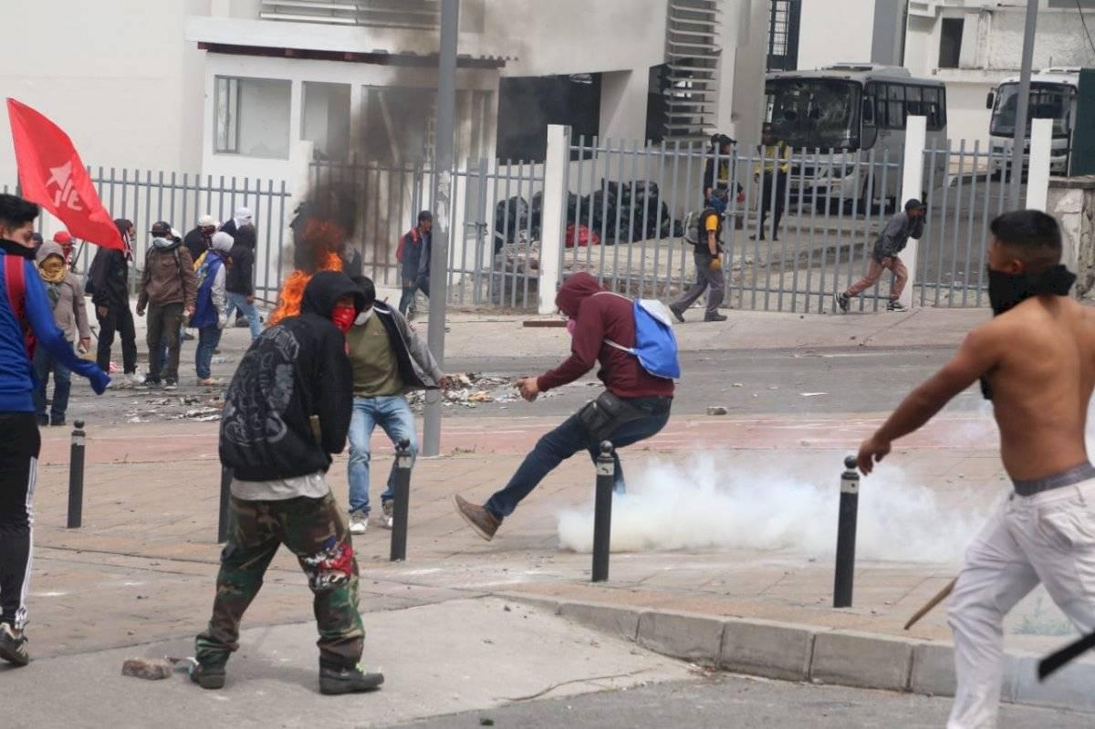 Protestas en Ecuador: Enfrentamientos en los exteriores de la Asamblea Nacional API