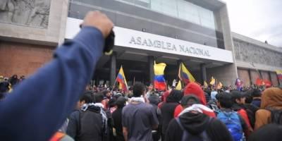 Uniformados desalojan a manifestantes de la Asamblea