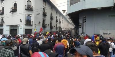Se registran enfrentamientos entre ciudadanos y miembros de la fuerza pública en la Plaza del Teatro