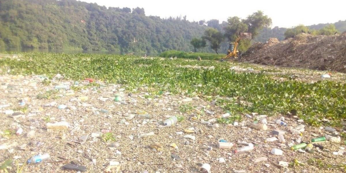 FOTOS. Así se ven 100 camionadas de basura en el lago de Amatitlán