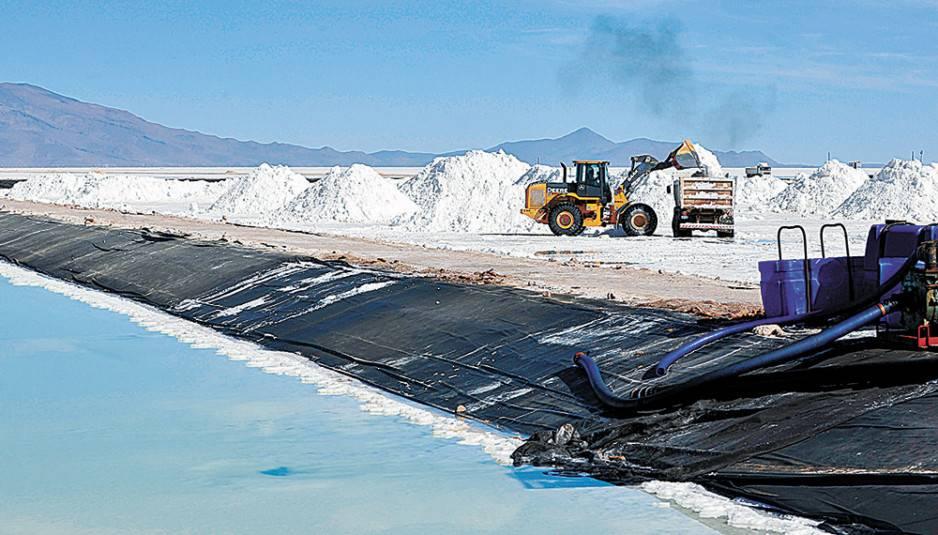 Experto chileno en litio señala que Chile podría producir baterías de este mineral