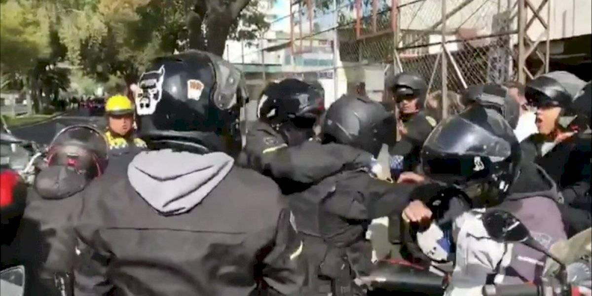 Policías y reporteros se enfrentan durante cortejo fúnebre de José José