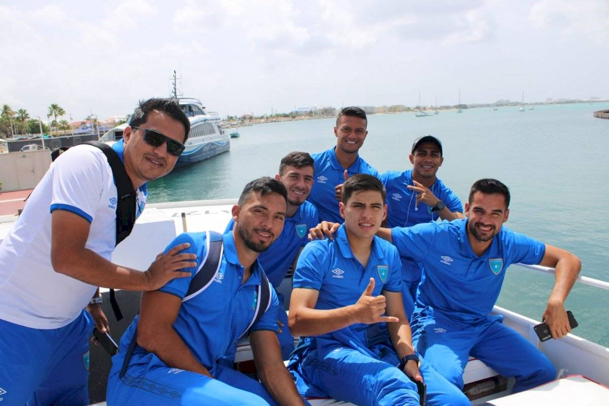 Selección nacional en su arribo a Anguila