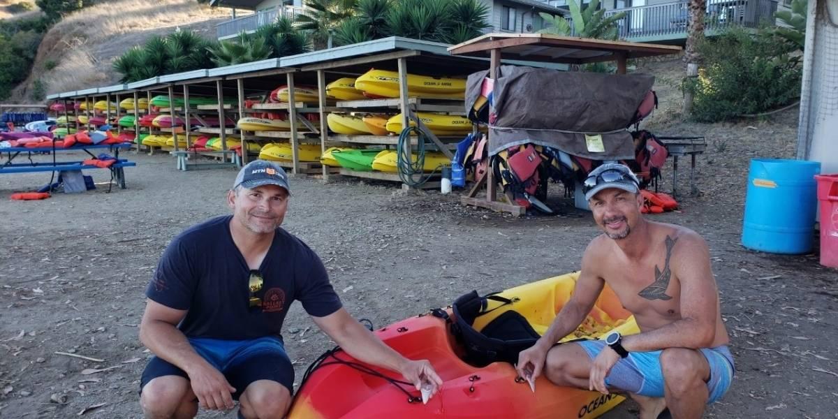 Tiburón blanco mordió su kayak y le dejó dos dientes de regalo