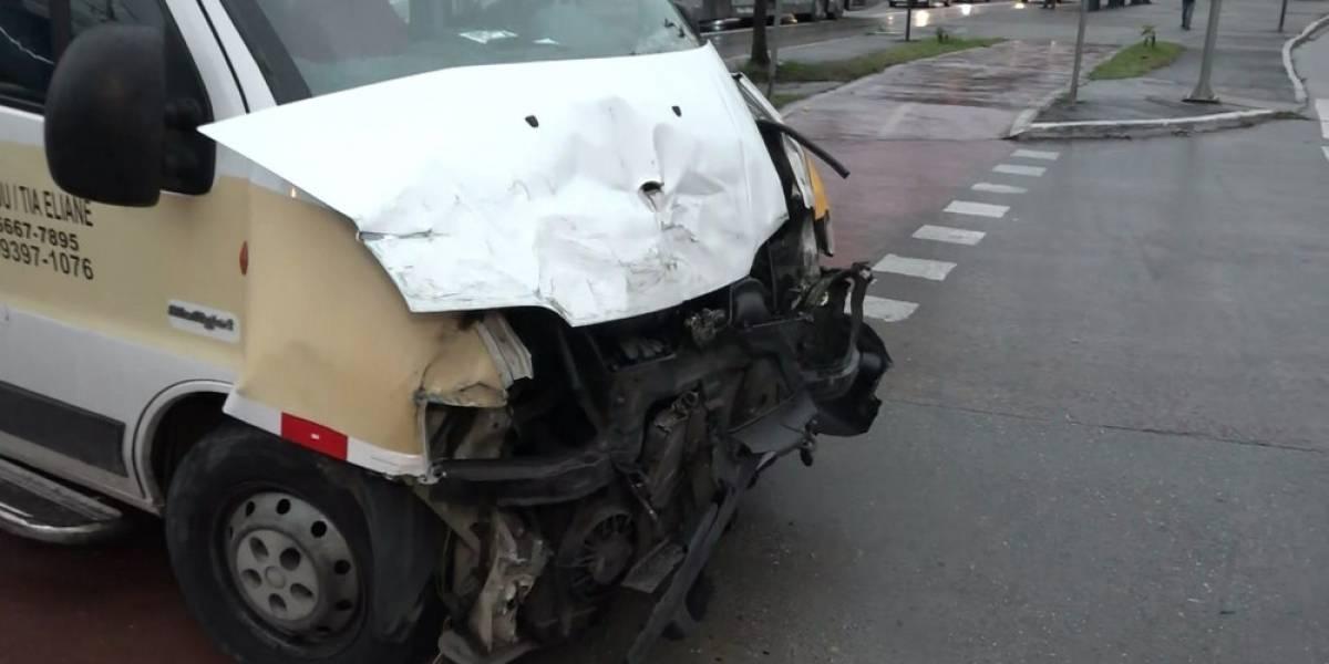 Criança e motorista ficam feridos em acidente entre van escolar e ônibus em São Paulo