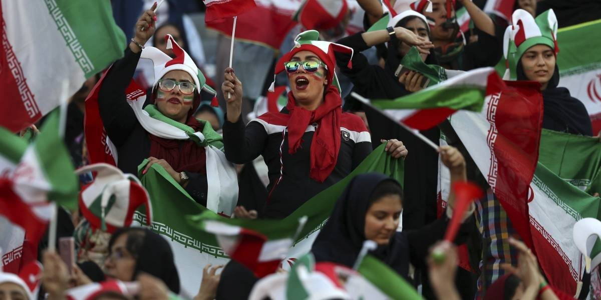 Por primera vez en 40 años, mujeres iraníes ingresan a estadio de futbol
