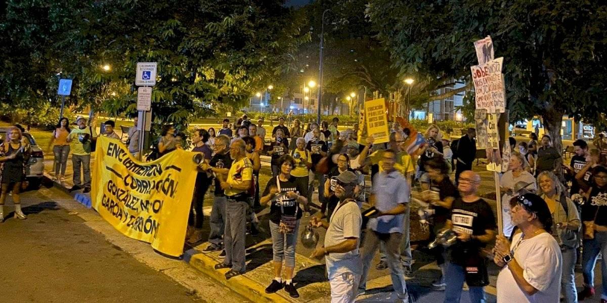 Pensionados piden renuncia de José Carrión III a cacerolazo limpio