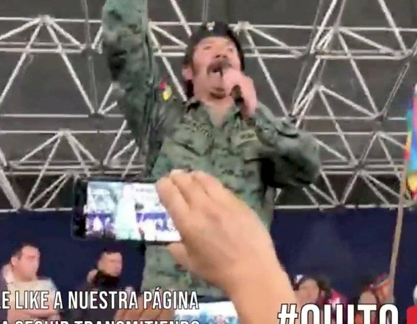 Ciudadano vestido de militar