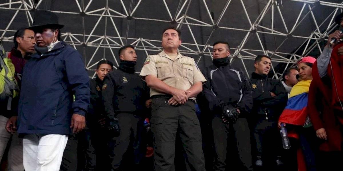 Manifestantes mantienen retenidos a ocho policías en Ecuador