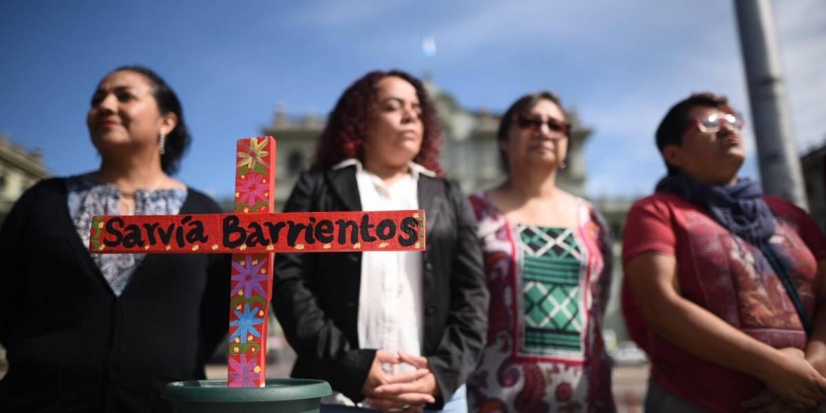 """""""Aquí estamos y no nos vamos"""", señalan organizaciones que colocaron cruces en la Plaza"""