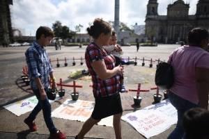 cruces en plaza de la Constitución para víctimas del incendio en el Hogar Seguro