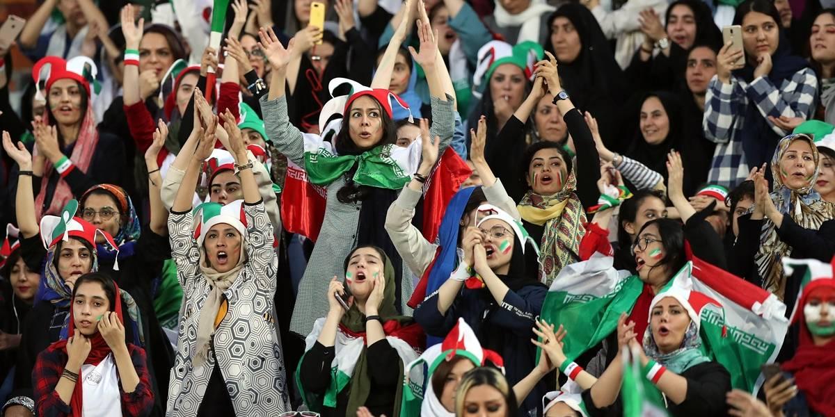 Após 40 anos, mulheres retornam a estádio de futebol no Irã