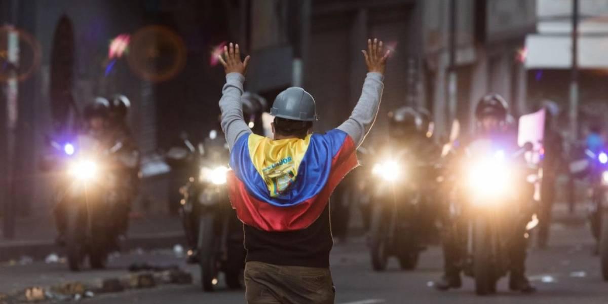 Aumenta tensión en Ecuador; muere manifestante y secuestran policías