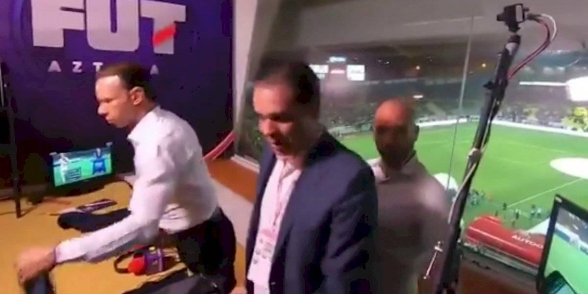 Luis García sorprende a Christian Martinoli y le propina tremendo 'arrimón'