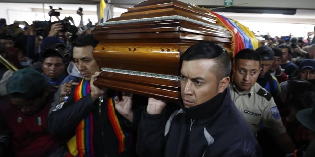 Policías retenidos cargan el féretro de dirigente de la CONAIE que falleció