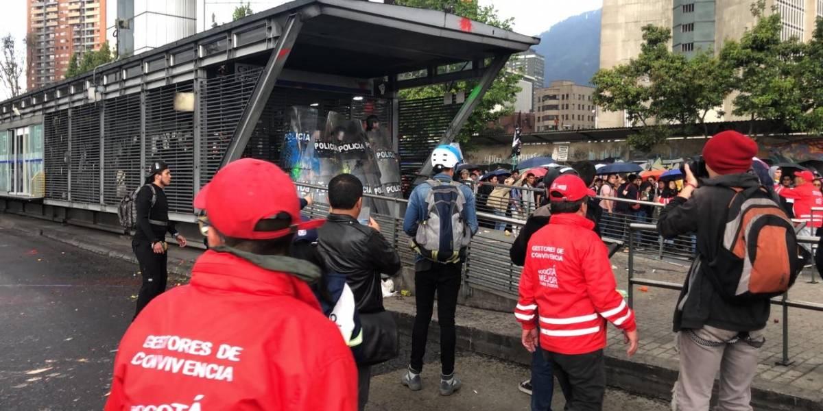 Manifestantes en marchas estudiantiles atacaron con piedras estación de TransMilenio