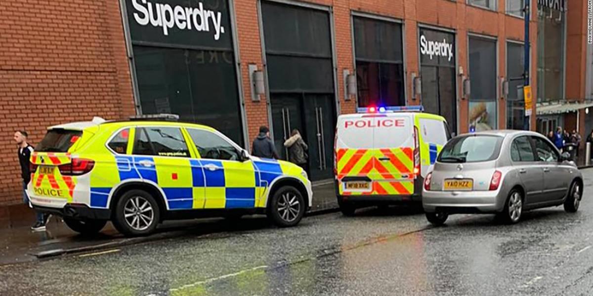 Homem esfaqueia cinco em shopping britânico; polícia investiga terrorismo