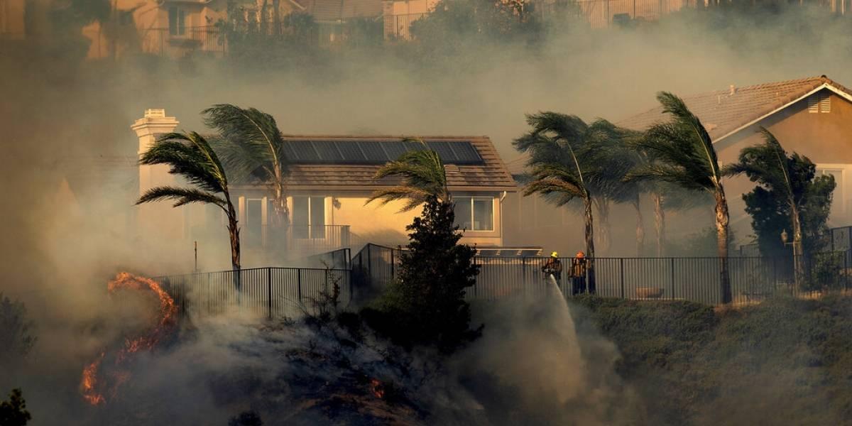 Miles de personas desalojan sus hogares por incendio en California