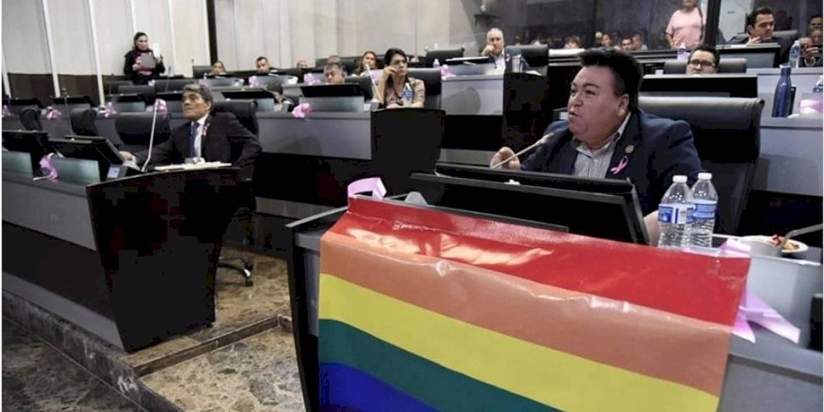 Diputado aprovechó el día mundial de salir del clóset y durante sesión del Congreso confesó que es gay
