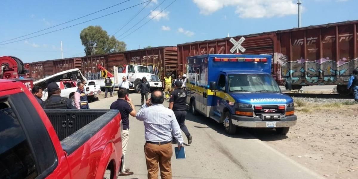Tren embiste transporte público en San Juan del Río; 9 muertos